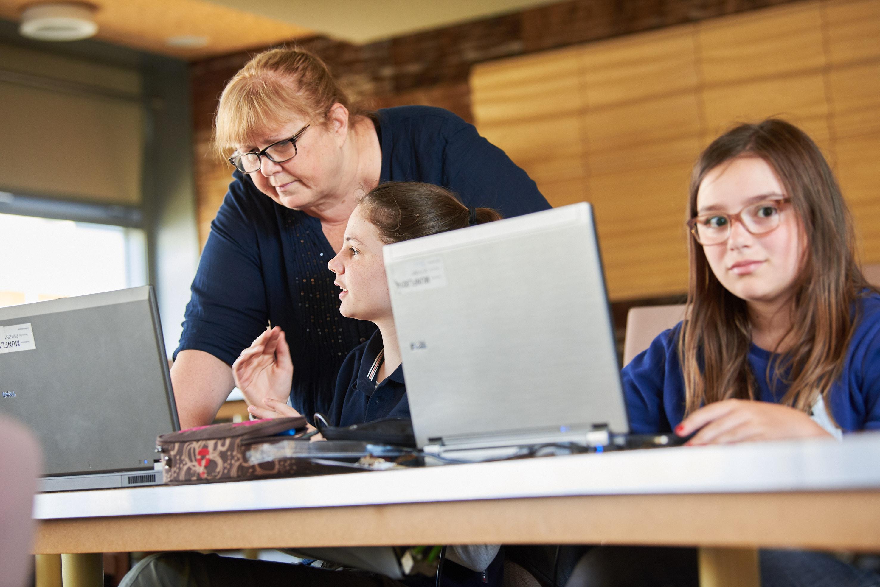 Schüler Förderhilfe ~ Erasmus Gymnasium Frankfurt ~ Trilinguale weiterführende Privatschule